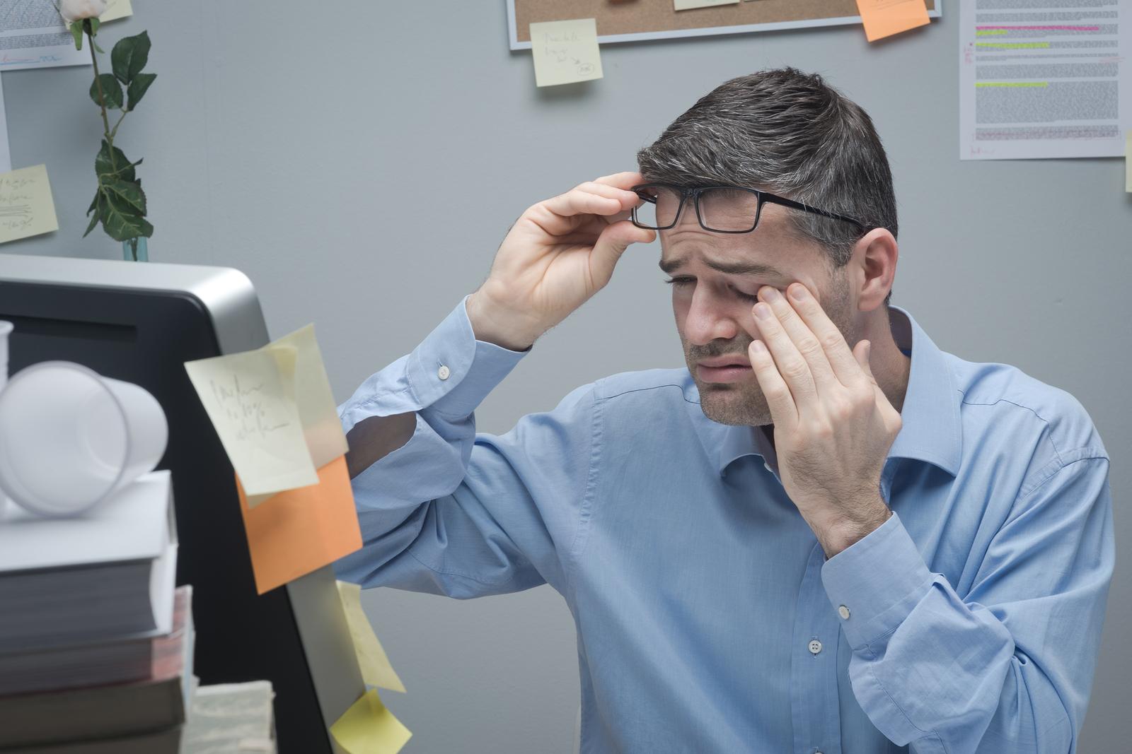 man experiencing common eye allergies